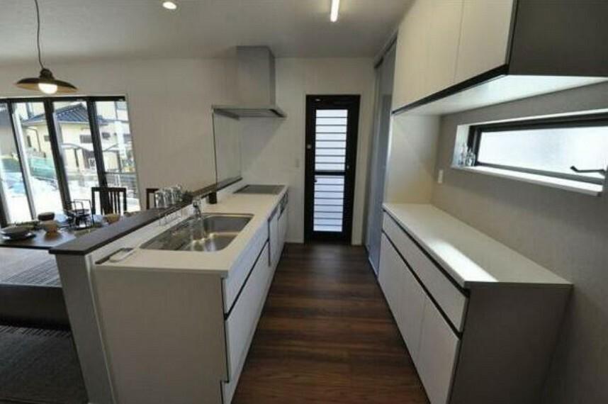 キッチン 収納スペースがきっちり確保されたキッチンです^^調理器具や食器などすっきり整理整頓できますよ^^窓や勝手口もあり明るいキッチンになっています。