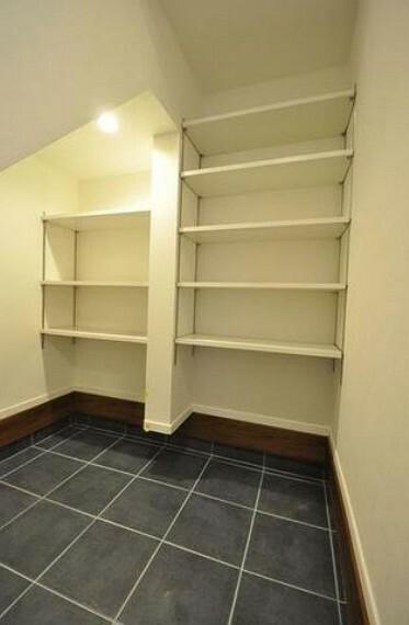 玄関 シューズインクローゼットも完備されており、たくさんの靴が収納できます^^雨具や三輪車などの収納にも便利です^^