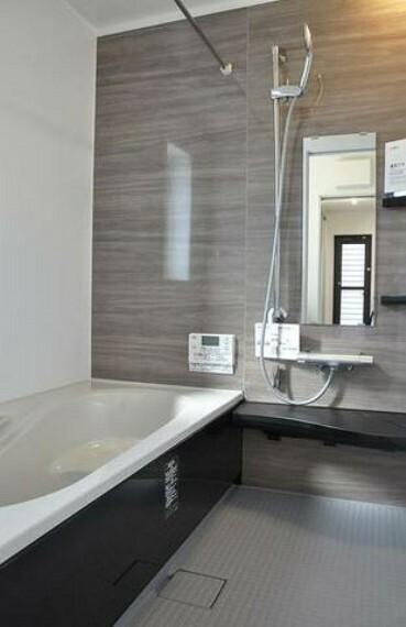 浴室 1日の疲れを癒すくつろぎのバスルーム^^足を伸ばしてもゆったりと入れるサイズです^^お湯はりもボタンひとつでらくらくです(^^)/