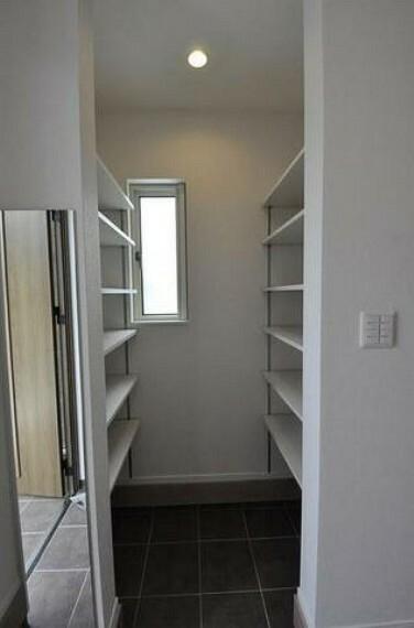 玄関 採光も考えられた明るい玄関です^^大容量の収納スペースがあるのですっきり整理整頓できますね^^