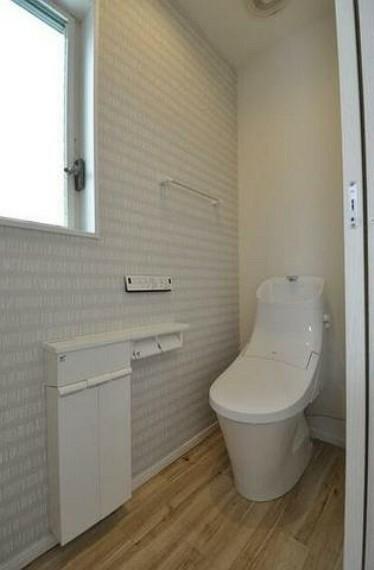 トイレ 窓付きのトイレは換気もしやすく清潔に使えます^^温水洗浄暖房便座もついています^^