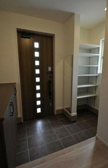 玄関 ブラウンを基調としたお洒落な玄関ドアです^^採光も考えられているので明るくさわやかな玄関スペースになりますね^^