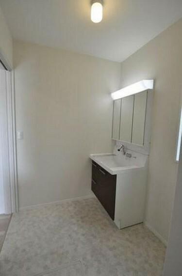 洗面化粧台 収納が隠れて使いやすい、シャワー付き三面鏡洗面ドレッサーです^^化粧品などもすっきり整理整頓できますよ^^
