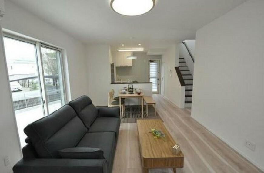 居間・リビング リビング階段は外出時や帰宅時にご家族と顔を合わせる機会が増えるので自然にコミュニケーションが生まれそうですね^^