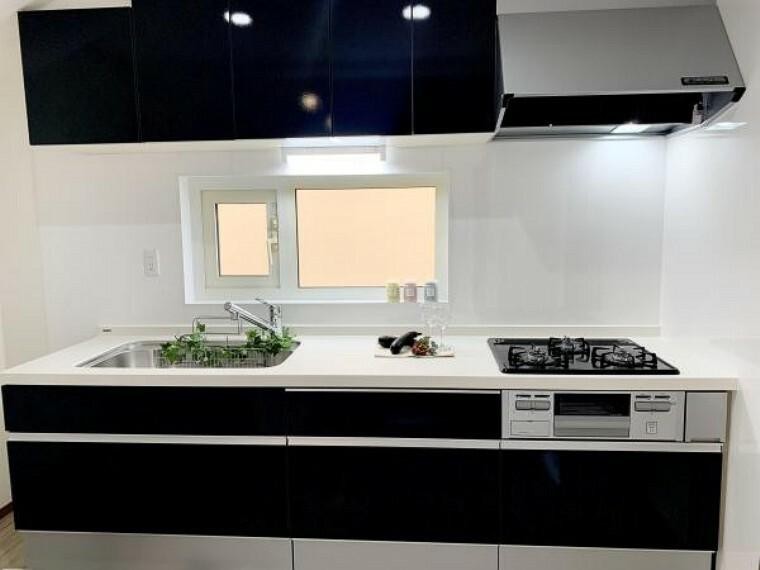 キッチン リフォーム済【システムキッチン】LIXIL製の新品に交換しました。天板は人造大理石製なので、熱に強く傷つきにくいため毎日のお手入れが簡単です。