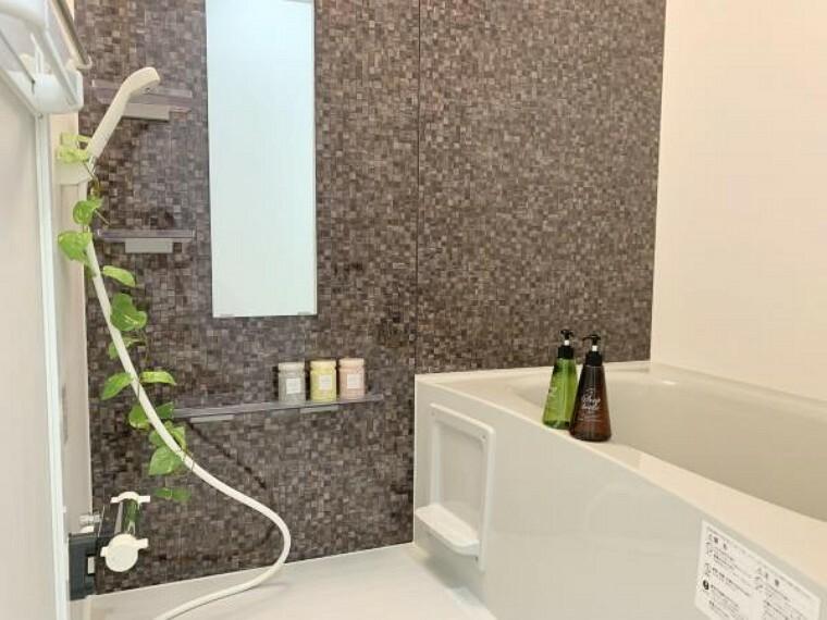 浴室 リフォーム済【ユニットバス】Panasonic製の新品のユニットバスに交換しました。床は水はけがよく汚れが付きにくい加工がされているのでお掃除ラクラクです。