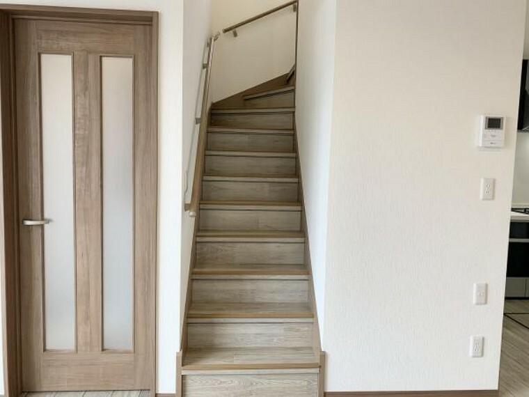 リフォーム済【階段】2階に続く階段です。お子様やご高齢の方に配慮して、滑り止めを設置しました。事故の起こりやすい階段の昇降を、より安全にできるように最大限配慮しています。