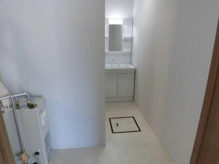 洗面化粧台 リフォーム済【洗面脱衣室】天井・壁のクロスを貼替えし床は水に強いクッションフロアを貼替えしました。掃除もさっと一拭きで綺麗さっぱり簡単にできます。