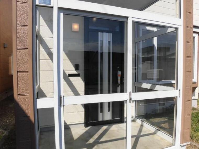 玄関 リフォーム済【風除室】玄関ポーチは風除室になっているので、雨・風よけになりますね。ガラスがピッカピカに磨かれていますので気持ちが良いですね。
