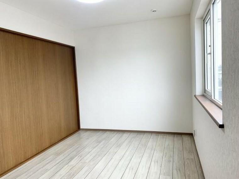 リフォーム済【洋室A】2階の南西側にある洋室6帖です。照明器具も交換し明るい洋室に生まれ変わりました。南東側とお部屋が行ききできて仕切りをとると12帖のお部屋にも使用ができて便利です。