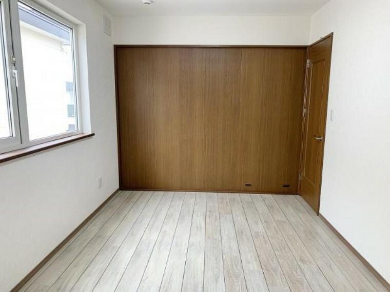 リフォーム済【洋室B】2階の南東側にある洋室6帖です。クロスは明るい色に張替えしました。また、大きなクローゼットがあるので洋服などたくさんの収納ができて明るく過ごしやすい部屋になっています。