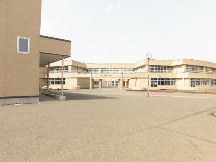 小学校 北陽小学校まで540m(徒歩7分)放課後の校庭は元気な子供たちで溢れています。仲良しのお友達とお話しながらの登下校も良い思い出の1つになりそうです。