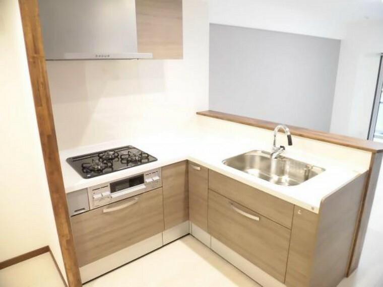 キッチン 【リフォーム済】新品ハウステック製L型システムキッチンを設置しました。天板は人工大理石で傷付きにくく使いやすいく、収納もタップリ出来て引出式ですので開け閉めもスムーズです。