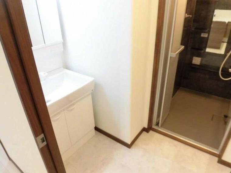 洗面化粧台 【リフォーム済】洗面脱衣所です。床はクッションフロア張替え、壁・天井はクロス張替えを行いました。洗面化粧台の対面には洗濯機を置くスペースもございます。