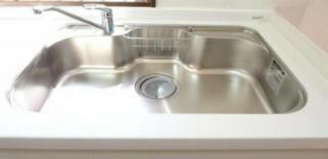 【同仕様写真】シンクは大きな鍋も洗いやすく、センターポケット形状で、排水口が1段低くスムーズに排水できます。そして、水きりプレート付きで便利です。また、天板は人工大理石で傷付きにくいです。