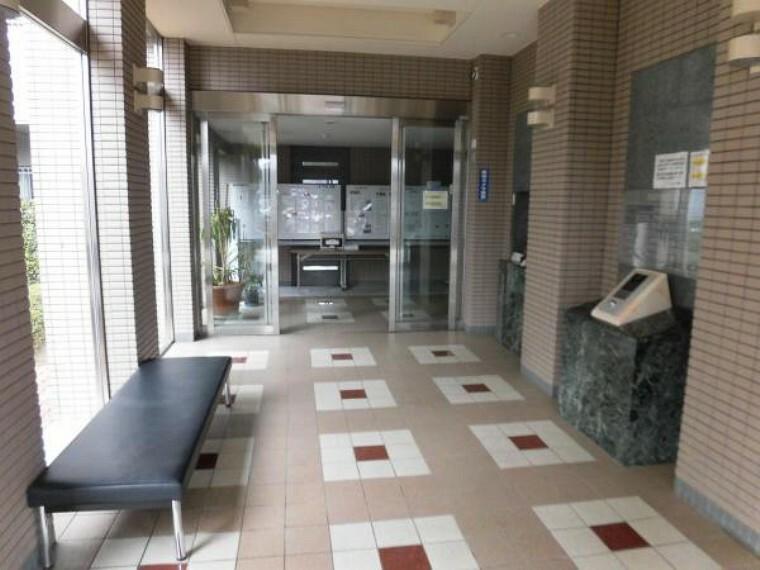 エントランスホール エントランスホールです。管理人室には管理人さんが常駐していますので安心ですね。