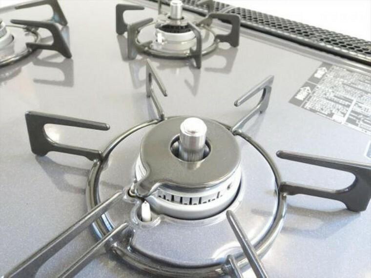 【同仕様写真】3口あるコンロで同時進行で時間短縮。大きなお鍋を置いても困らない広さ。ワンタッチ着火で押すだけ、火力調整もレバーで簡単。お手入れ簡単なコンロなのでうっかり吹きこぼしてもお掃除ラクラク。