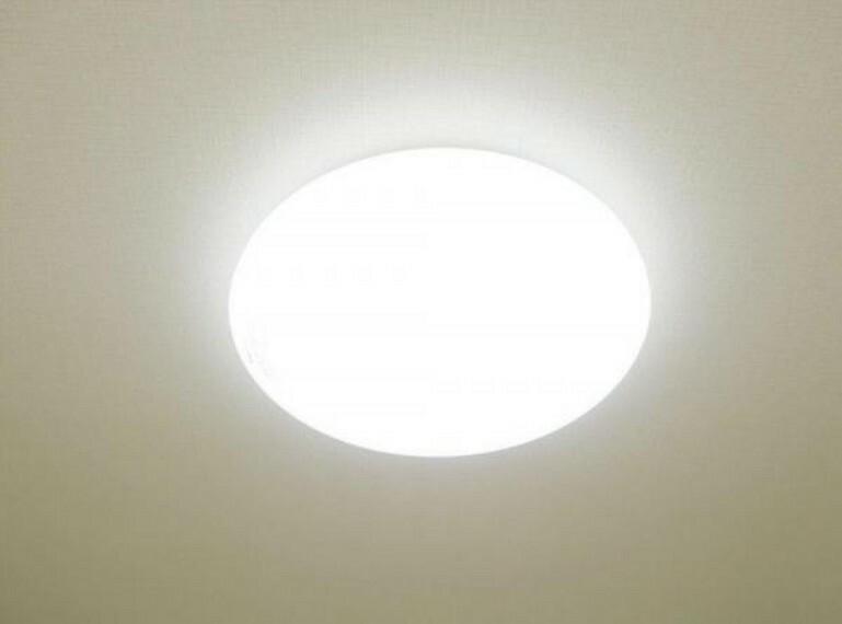【同仕様写真】新しく設置する照明器具はLEDタイプなので、明るさもあり、節電効果も期待できます。また、リモコンもついていますので、寒い日の就寝時ではON・OFFができて便利です。