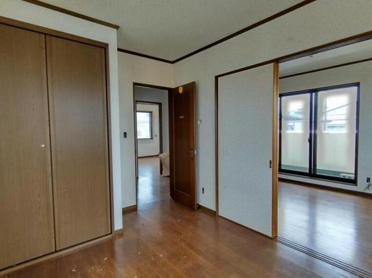 洋室 【リフォーム中】2階洋室別角度 5.3帖 天井クロス張替、床フローリング重ね張り、照明器具交換、火災報知機設置シングルベッドを置いても圧迫感無く過ごしていただける室内。