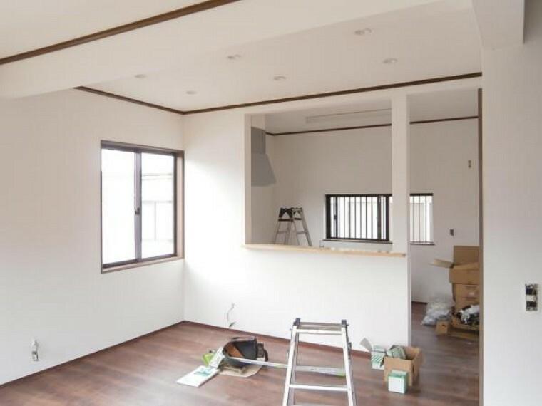 居間・リビング 【リフォーム中写真】ダイニングキッチン写真です。これから床のフローリングを張替え、壁、天井のクロスを張替えます。