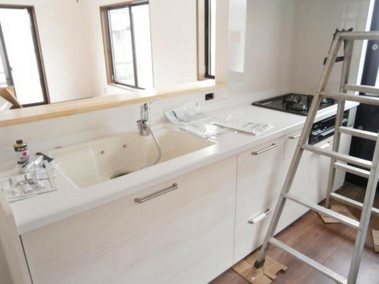 キッチン 【リフォーム中写真】キッチンは永大産業社製の新品に交換予定。水栓金具は「かゆい所に手が届く」シャワータイプ。浄水機能付きなので安心してお使いいただけます。一体型の浄水器なので汚れにくくお手入れ簡単ですよ。