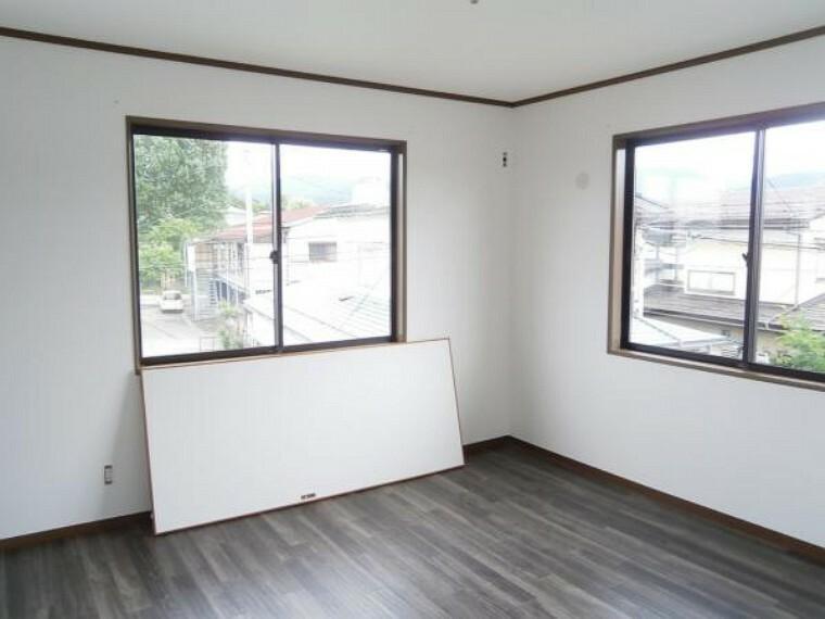【リフォーム前写真】2階南西東側洋室写真です。床はクッションフロア施工にして、壁及び天井のクロスを交換して明るく仕上げます