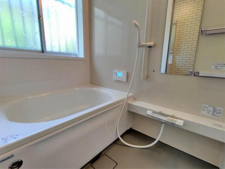 浴室 【リフォーム済】浴室はハウステック製の新品のユニットバスに交換します。浴槽には滑り止めの凹凸があり、床は濡れた状態でも滑りにくい加工がされている安心設計です。