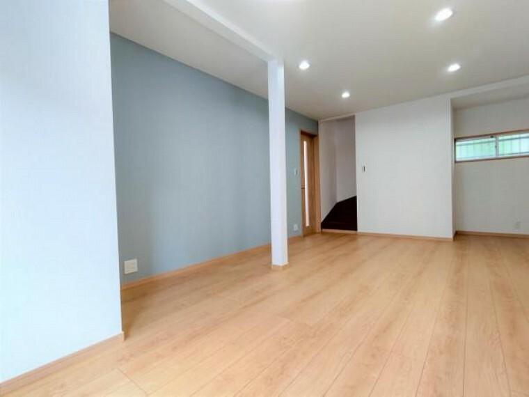 居間・リビング 【リフォーム済】リビング別角度の写真です。LDKに変更、建具等を新設しました。南から入る心地よい日差しが気持ちいい部屋です。