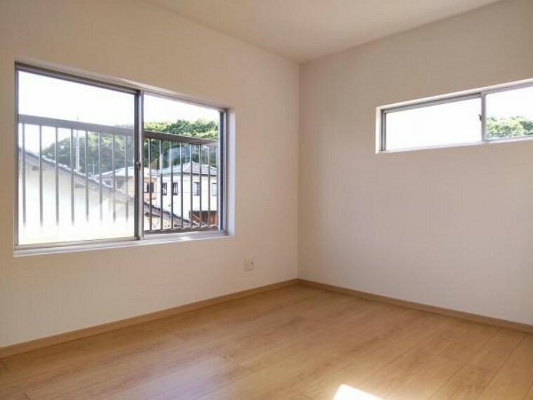 【リフォーム済】2階西側6帖の洋室です。和室から洋室に変更しました。こちらからバルコニーに出ることができますよ。