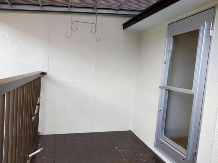 バルコニー 【リフォーム済】1階ウッドデッキです。洗濯機からすぐに行けます。波板は交換し、床は補修しています。