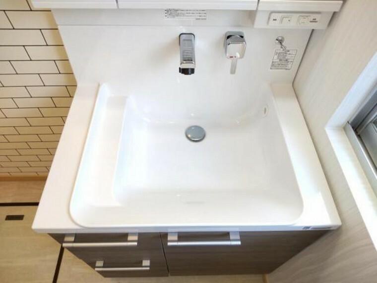 【設備写真】洗面化粧台はLIXIL製の新品に交換しました。排水口を右奥に設置することで、洗面ボウルの広さを最大限生かせます。洗面ボウルは底が平らなので、つけ置き洗いなどの家事でも活躍します。