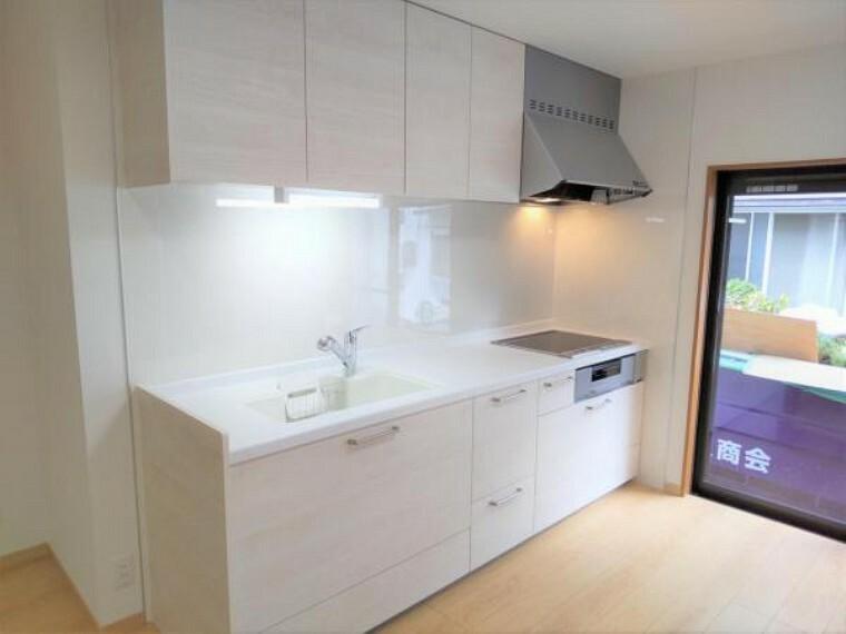キッチン 【リフォーム済】永大産業製の幅2550mmシステムキッチンを設置しました。広くて使いやすいシンクや奥に入れたものまで取り出しやすいスライド式収納など嬉しい機能がたくさん付いています。