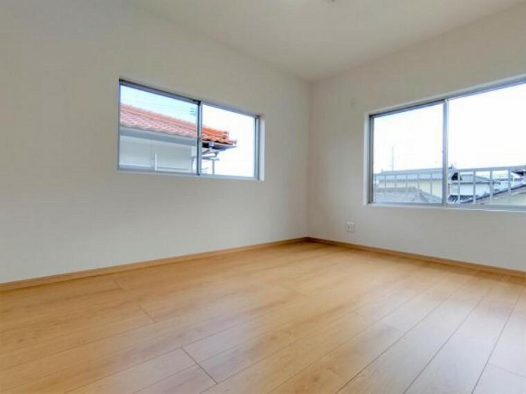 【リフォーム済】2階東側洋室です。床フロア張り、壁・天井はクロス張替えをしています。