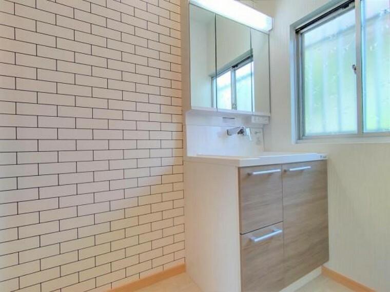洗面化粧台 【リフォーム済】脱衣所です。クロスを張替え、床は素足にやさしいクッションフロアで仕上げました。
