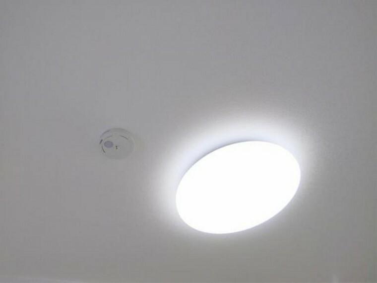 【設備写真】各居室の照明器具は新品交換します。照明器具は設置した状態でお引渡しを致しますのでお客様が別途ご購入いただく必要はございません。