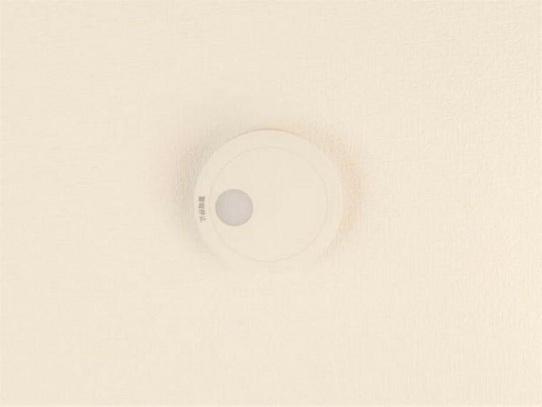 【設備写真】全居室に火災警報器を新設しました。キッチンには熱感知式、その他のお部屋や階段には煙感知式のものを設置し、万が一の火災も大事に至らないように備えます。電池寿命約10年です。