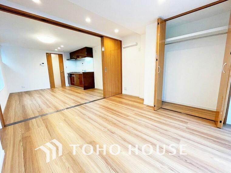 洋室 お部屋の扉を開けることで開放感のある空間が広がります