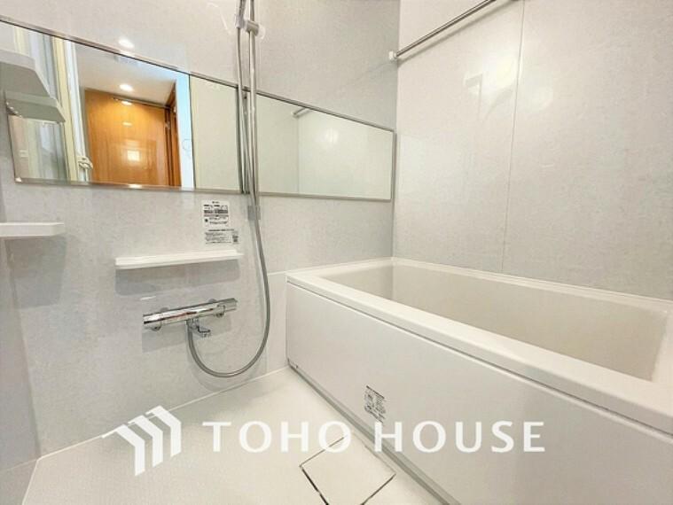 浴室 白ベースの清潔感のある浴室で、一日の疲れを癒す時間を過ごせます