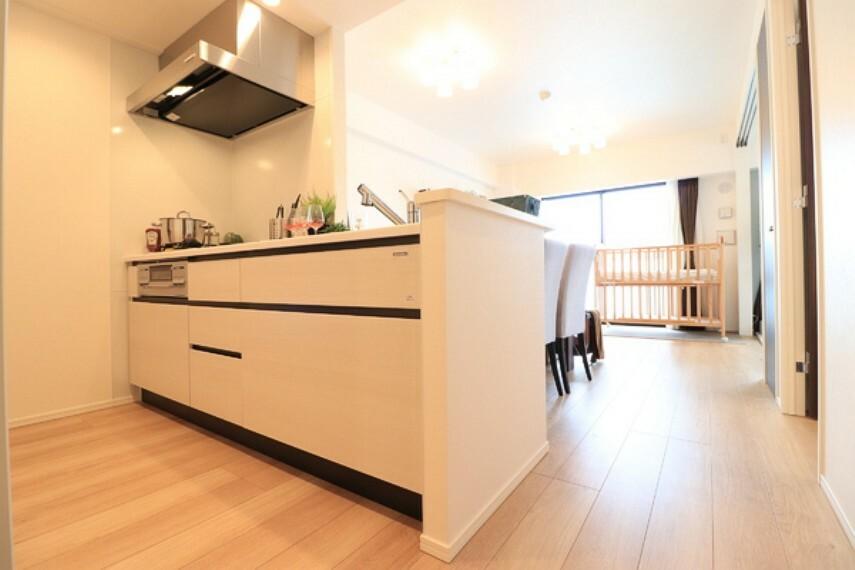 キッチン リビングにいるご家族とコミュニケーションがとりやすい、人気のオープンキッチンを採用。食事の受渡しもスムーズです