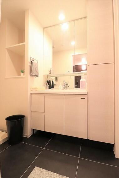 洗面化粧台 鏡の裏に豊富な収納量を確保した、三面鏡タイプの洗面化粧台。化粧品やティッシュボックス、歯ブラシなどを機能的に収納できます
