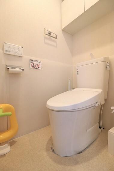 トイレ トイレには快適な温水洗浄便座付で、温水によって洗浄する機能を持った便座であり、清潔に保ちます。お手入れも簡単になりました。