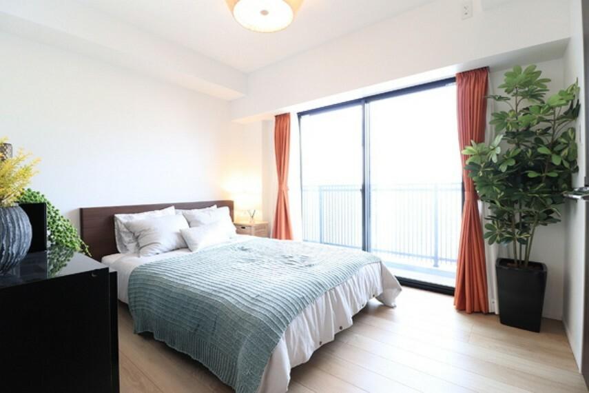 寝室 大きな窓のあるお部屋は明るく開放感があります。やすらぎに満ち溢れる上質の生活空間でございます。