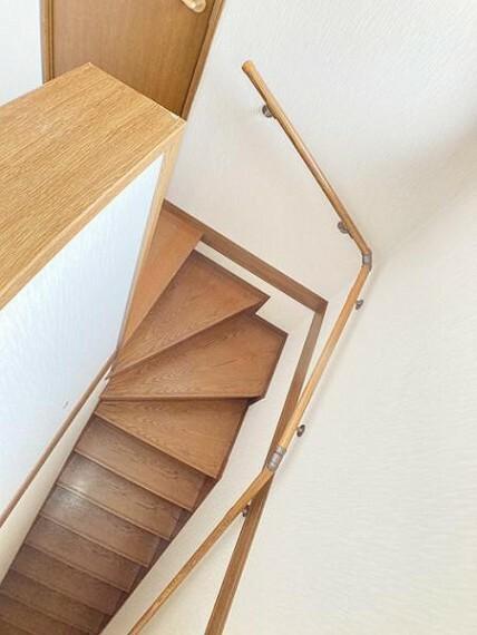 手摺り付きの階段のため安全です
