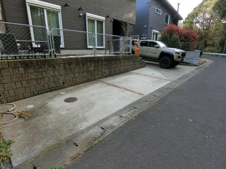 駐車場 敷地内に駐車スペースございますので、お車をお持ちの方も対応できますね。