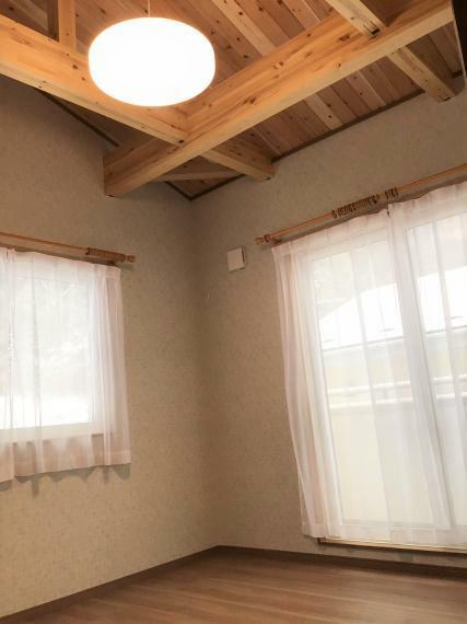 勾配天井の主寝室。バルコニーに出られる窓がついていて少し外に出たい時でもすぐに出られます。
