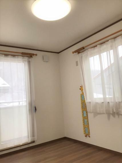 バルコニーに繋がる洋室。風通しもよく、換気もしやすいです。