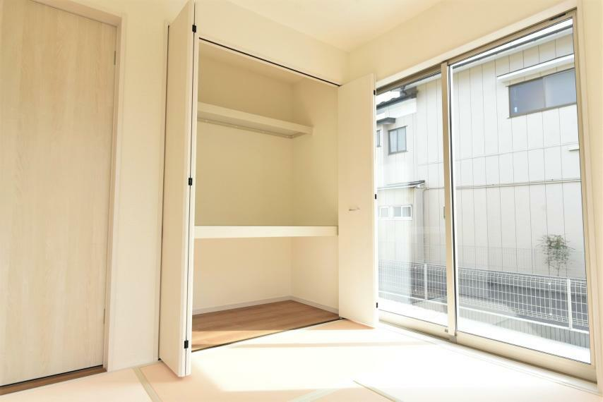 <4.5帖>陽当たりが良く大きな収納付きの和室。来客用の布団などもスッキリ収まります!