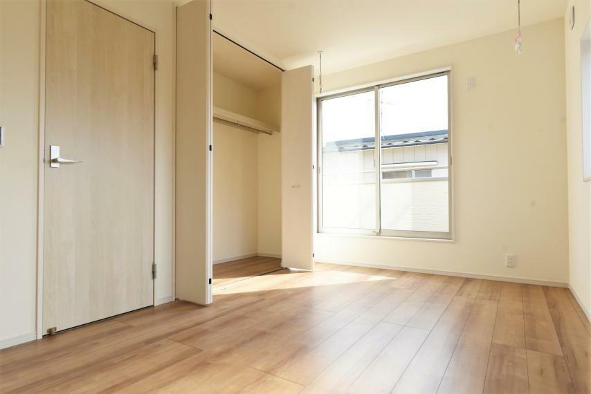<7.5帖>バルコニーに面した明るい主寝室。大容量のクローゼット完備!