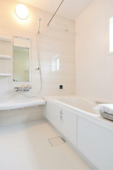 一日の疲れを癒してくれる、ゆったりとした広さのバスルーム。