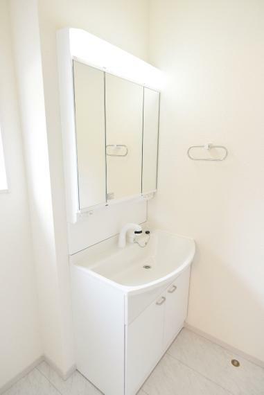 シャワー付き洗面化粧台。三面鏡の裏側には散らかりがちな小物をスッキリ収納できます!